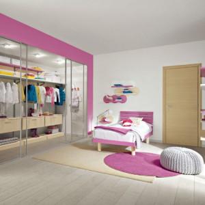 Pomysłowa aranżacja pokoju z dużą garderobą spodoba się niejednej nastolatce. Fot. Colombini Casa.