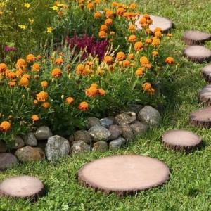 Krążek drewnopodobny przypominający drewniane plastry to ciekawy sposób na wyznaczenie ścieżek w ogrodzie.. Fot. Castorama.