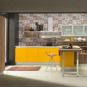 Żółty, to jeden z kolorów pobudzających apetyt, warto więc by chociaż część wyposażenia kuchni miała tę barwę. Fot. Febal Casa.