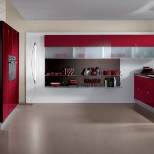 Meble kuchenne Flirt marki Scavolini w zmysłowym, czerwonym kolorze. Fot. Scavolini.