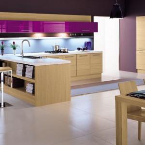 Szafki górne w intensywnie fioletowym kolorze sprawiają, że kuchnia w kolorze drewna zyskuje bardziej nowoczesny wygląd. Model Onice marki Arrex. Fot. Arrex.