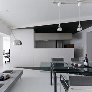 We wnętrzu dominuje czysta biel i intensywna czerń. Kontrastujące ze sobą barwy podążają za geometrycznymi formami. Całość utrzymana w eleganckim, minimalistycznym stylu. Fot. Koichi Torimura.