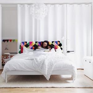 Czasami wystarczy jeden wielokolorowy akcent, który przełamie monotonne zestawienie barw. Na zdjęciu białe łóżko Duken z kolorowym zagłówkiem. Fot. Ikea.