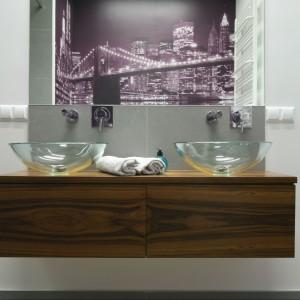 Szafka pod umywalki to model podwieszany. Jej minimalistyczna forma dobrze koresponduje ze szklanymi umywalkami. Projekt: Katarzyna Merta-Korzniakow. Fot. Bartosz Jarosz.