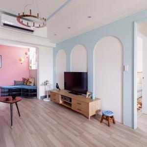 Mimo mnogości użytych kolorów, wnętrze nie jest krzykliwe ani nie przytłacza. Efekt urokliwej, ale delikatnej przestrzeni uzyskano dzięki harmonii intensywnych barw ze stonowanymi pastelowymi kolorami. Równowagę estetyczną zapewniają także bogato użyta biel na ścianach oraz drewno w naturalnej kolorystyce. Projekt: HAO Design Studio. Fot. Hey! Cheese.
