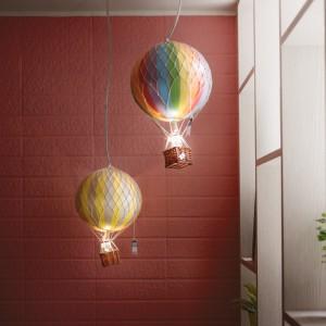 Po wejściu do mieszkania naszą uwagę przyciąga barwy kącik wypoczynkowy, w którym fantazyjnym elementem dekoracyjnym są lampy, imitujące latające balony. Projekt: HAO Design Studio. Fot. Hey! Cheese.