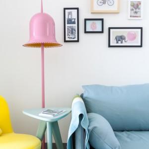 Błękitna kanapa, seledynowy stolik, różowa lampa i intensywnie żółty fotel najlepiej obrazują bogactwo barw, użyte w tym mieszkaniu. Projekt: HAO Design Studio. Fot. Hey! Cheese.