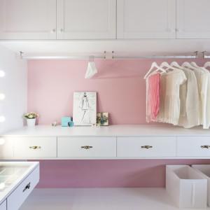 Toaletkę w garderobie wykonano w stylu dawnych gwiazd estrady - z lustrem, którego ramę okalają liczne żarówki. Projekt: HAO Design Studio. Fot. Hey! Cheese.
