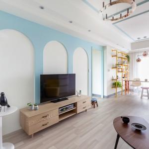 Projekt nazwano The Wonderland Apartment, nawiązując do tytułu klasyka literackiego. Do Krainy Czarów zapraszają żywe barwy i odważne elementy dekoracyjne. Jedną ze ścian pokryto formami łukowymi w błękitnym kolorze, do których nawiązują sztukaterie na suficie. Projekt: HAO Design Studio. Fot. Hey! Cheese.