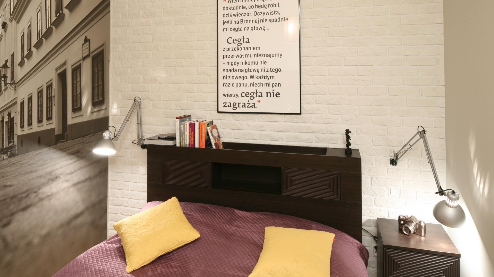 Niewielką sypialnię powiększa fototapeta z efektem głębi. Do jej stylu dopasowano cegłę na ścianie oraz meble. Tak stonowaną bazę łatwo można ożywić barwnymi dodatkami. Projekt: Iza Szewc. Fot. Bartosz Jarosz.