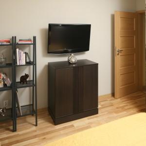 W sypialni nie zmieściła się szafa. Udało się jednak wygospodarować miejsce na szafkę na płyty oraz na książki. Projekt: Iza Szewc. Fot. Bartosz Jarosz.
