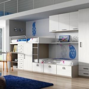 Zamontowanie szafek górnych to sposób na zagospodarowanie przestrzeni nad łóżkiem. Fot. Muelbes Lara.