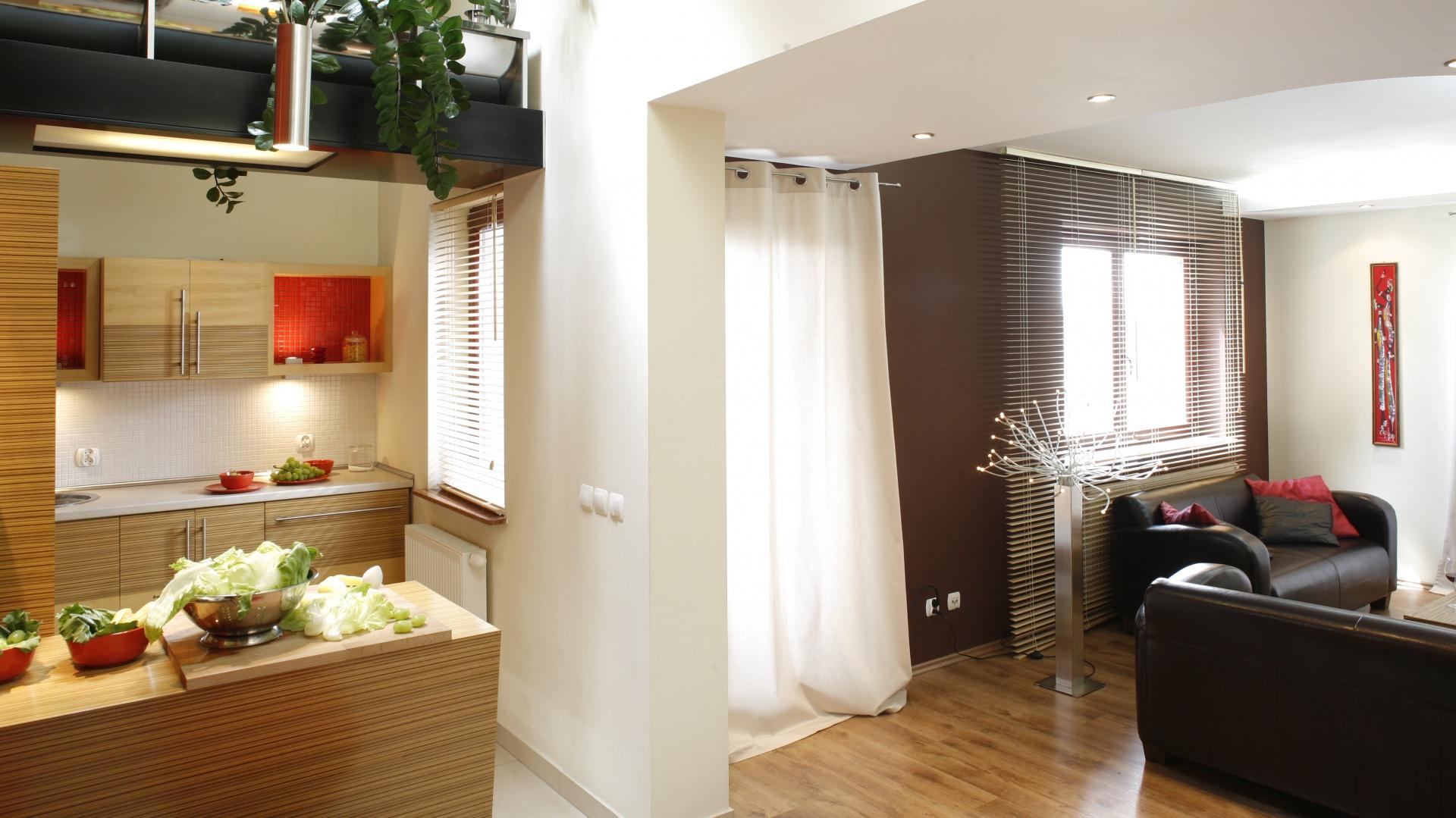 Z mocnym kolorem nie należy przesadzać, dlatego większość ścian w mieszkaniu jest biała. Projekt: InsideLab. Fot. Bartosz Jarosz.