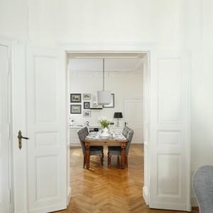 Pomalowane na biało drzwi to element zastany w mieszkaniu. Poddane renowacji podkreślają wszechobecną tu historię. Projekt: Iwona Kurkowska. Fot. Bartosz Jarosz.
