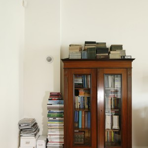 Potężny zbiór książek jest równie stary jak etażerka, która przechowuje prywatną biblioteczkę właścicielki. Projekt: Iwona Kurkowska. Fot. Bartosz Jarosz.