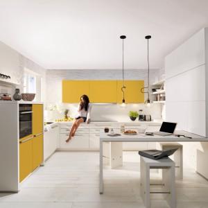Spokojną biel ożywia kolor żółty, który w tym wydaniu również ociepla wnętrze. Meble kuchenne z kolekcji Soft Lack firmy Nolte Küchen. Fot. Nolte Küchen.