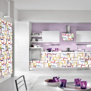 Fronty mebli łączą świeżość i lekkość bieli z wesołymi, kolorowymi akcentami dekoracyjnymi. Warto zwrócić uwagę na wykończenie frontów, ściany i okapu. Meble z kolekcji Fantasy Box firmy Home Cucine. Fot. Home Cucine.