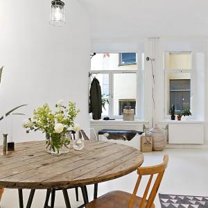 Jadalnię stanowi urokliwy drewniany stolik, z krzesłami w różnych odcieniach drewna. Fot. Alvhem Makleri.