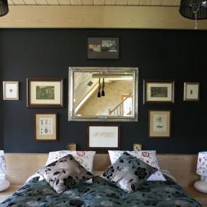 Ciekawym pomysłem na aranżację ściany za łóżkiem jest umieszczenie kilku ramek w różnych rozmiarach. Umieszczając np. lustro nad łóżkiem dodatkowo powiększymy optycznie przestrzeń. Projekt: Agnieszka Burzykowska-Walkosz. Fot. Bartosz Jarosz.