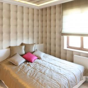 Na ścianie za łóżkiem umieszczono tapetę w pikowany wzór oraz lustro umieszczone na całej wysokości ściany, które optycznie powiększa wnętrze. Projekt: Karolina Łuczyńska. Fot.Bartosz Jarosz.