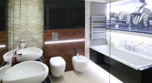Naturalne materiały - kamień i drewno -świetnie sprawdzają się w aranżacjach łazienek. Można je wykorzystać na ściany, podłogi, obudowy. W każdej formie zapewnią łazience niepowtarzalny wygląd i klimat.