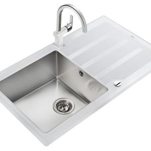 Zlewozmywak Lux 1B 1D 86 o atrakcyjnym, nowoczesnym designie – stanowiącym połączenie białego, hartowanego szkła oraz komory z wysokiej jakości stali szlachetnej. Do wbudowania w blat do szafek od 50 cm. Fot. Teka.