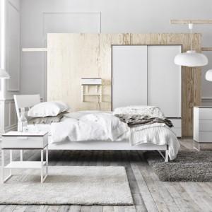 Seria mebli Trysil o nowoczesnym, ponadczasowym kształcie. W kolekcji znajdziemy łóżka w dwóch kolorach, szafę, komodę oraz stolik nocny. Fot. Ikea.