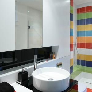 Wyeksponowana na tle kolorowych płytek ceramika sanitarna wyróżnia się nowoczesną formą ieleganckim kształtem, które dobrze tonują pełne dynamiki ienergii  wzory okładzin. Fot. Bartosz Jarosz.