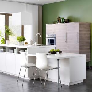 Meble z kolekcji Metod firmy IKEA. Funkcję jadalni pełni tu przedłużony blat wyspy. Zapewnia wygodną przestrzeń do pracy oraz odpoczynku. Jeśli nie macie miejsce w kuchni to takie rozwiązanie warto wziąć pod uwagę.
