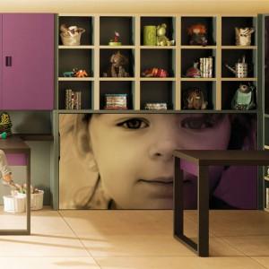 Radosne buzie dzieci widoczne na frontach szaf rozweselą każdą aranżację. Fot. Lagrama.