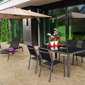 Stół o nowoczesnym, prostym kształcie świetnie sprawdzi w nowoczesnych ogrodowych aranżacjach. Fot. Castorama.