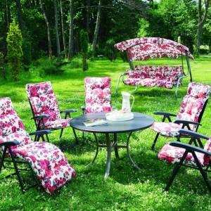 Często spotykany w ogrodach, plastikowe meble wypoczynkowe możemy w ciekawy sposób udekorować ozdobnymi tkaninami, które zwiększą komfort użytkowania. Fot. Praktiker.