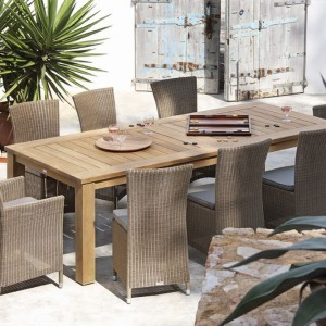 Krzesła z serii Atlanta to rattanowe krzesła. Doskonale prezentują się w towarzystwie drewnianego stołu. Fot. Manutti.