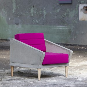 Szarość betonu i róż tapicerki tworzą harmonijny duet kolorystyczny. Fot. Morgan & Möller.