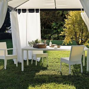 Białe meble Rattanowe doskonale prezentują się na tle zielonych ogrodów, należy jednak zadbać o ich właściwą pielęgnację i konserwację. Fot. Varaschin.