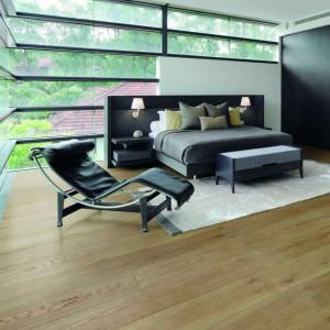 Royal Oak Moonstone dostępna w ofercie firmy Wicanders. To podłoga, której wszystkie warstwy wykonane są z drewna dębowego. Taka konstrukcja zapewnia wysoką jakość i szlachetność litego drewna oraz gwarantuje znakomitą wytrzymałość podłogi. Cena: 364  zł/m². Fot. Wicanders.