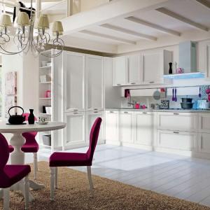 Eleganckie meble Neve e Ciclamino marki Callesella sprawią, że kuchnia zyska klasyczny wygląd bez barokowego przepychu. Fot. Callesella.