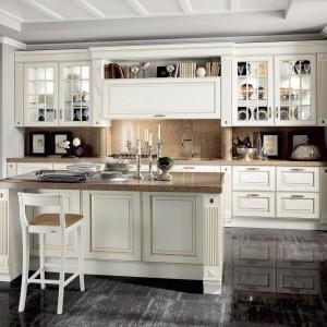Czarna, połyskująca podłoga podkreśla luksusowy charakter wystroju kuchni. Fot. Scavolini.