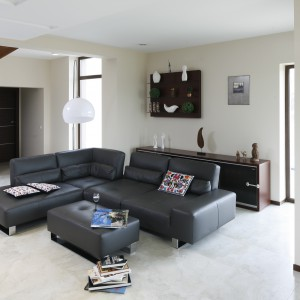 W przestronnym salonie duża modułowa sofa stanęła pośrodku, organizując wokół siebie całą strefę wypoczynkową. Projekt: Piotr Stanisz. Fot. Bartosz Jarosz.