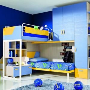 Dzięki praktycznej meblościance z piętrowym łóżkiem w pokoju znalazło się miejsce na powieszenie kosza do koszykówki. Fot. ZG Group.
