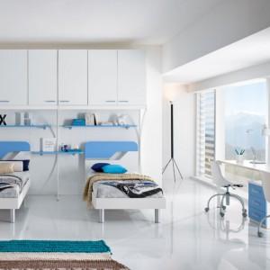 W dużym pokoju piętrowe łóżko można zastąpić dwoma oddzielnymi meblami. Fot. Spar.