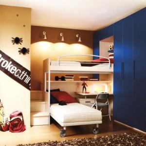 Pomysł na aranżację niewielkiego pokoju dla dwóch chłopaków. Fot. Home Designing.