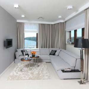 W apartamentowców z widokiem na polskie morze nie mogło zabraknąć okien. Zdobią one aż dwie ściany salonu. Projekt: Anna Maria Sokołowska. Fot. Bartosz Jarosz.