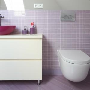 """Różowa łazienka przeznaczona jest dla dziewczynki. Różowe są płytki na podłodze oraz mozaika na ścianie. Aby nie było """"zbyt słodko"""" szafka jest w kolorze złamanej bieli.  Projekt: Katarzyna Merta-Korzniakow. Fot. Bartosz Jarosz"""