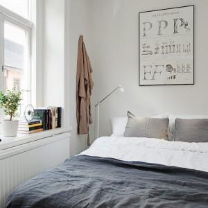 W tej skandynawskiej aranżacji postawiono na wybór konkretnych liter, które oprawiono w prostą, czarną ramkę. Zestawienie bieli ściany oraz ciemnej ramy tworzy ciekawe zestawienie. Fot. Alvhem Mäkler.