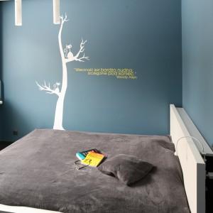 Żółty napis na ścianie jest dopełnieniem dekoracyjnej naklejki. Oba elementy dobrze prezentują się na tle niebieskiej ściany. Fot. Bartosz Jarosz.