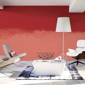 Nadanie jednej ze ścian ciepłej, intensywnej barwy sprawi, ze salon zyska wyrazisty charakter. Fot. Dulux.
