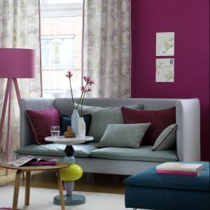 Decydując się na mocny kolor ścian należy pamiętać o tym, aby meble i dodatki miały bardziej stonowaną barwę. Fot. Decoteam.