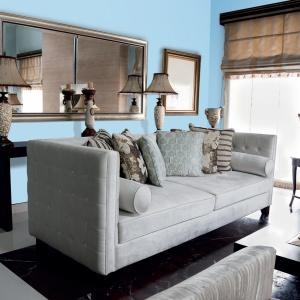 jeśli chcemy odmienić klasyczny salon urządzony w beżach, pomalujmy ściany na jasnoniebieski kolor, który nada wnętrzu lekkości. Fot. Tikkurila.