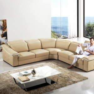 Komfortowa sofa narożna w jasnym kolorze marki Home Modish. Fot. Home Modish.